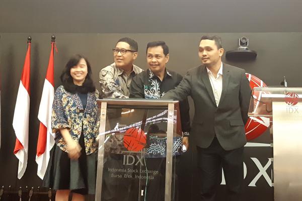 Wakil Gubernur Kalimantan Selatan Rudy Resnawan (kedua dari kanan) dan Direktur Utama Bursa Efek Indonesia (BEI) Inarno Djayadi (ketiga dari kanan) membuka perdagangan BEI, Jumat (15/2/2019). - Bisnis/Emanuel B. Caesario