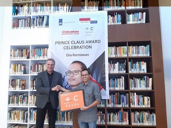 Duta Besar Belanda untuk Indonesia, Rob Swartbol menyerahkan penghargaan Prince Clause 2018 kepada Eka Kurniawan -  Bisnis/ Eva Rianti