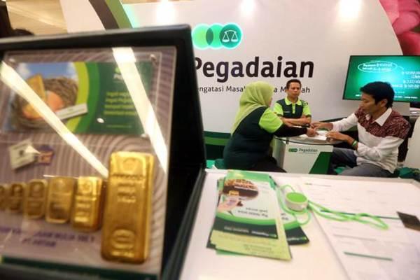 Petugas menjelaskan produk PT Pegadaian kepada pengunjung di Bandung, Jawa Barat. - JIBI/Rachman