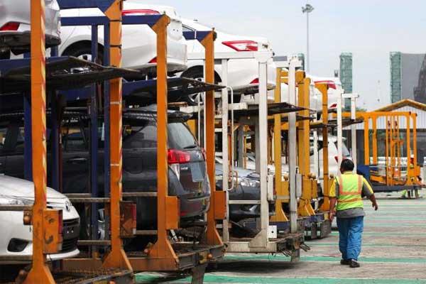 Petugas memeriksa mobil produksi PT. Toyota Motor Manufacturing Indonesia (TMMIN) yang siap diekspor di IPC Car Terminal, PT Indonesia Kendaraan Terminal (IKT), Pelabuhan Tanjung Priok, Jakarta Utara, Rabu (8/3). - Bisnis, Dwi Prasetya