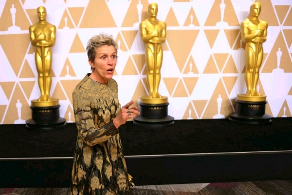 Frances McDormand berpose di belakang panggung setelah meraih oenghsrgaan aktris terbaik Oscar 04/03/2018 - Reuters/Mike Blake