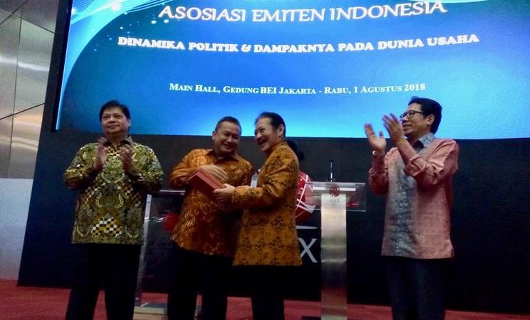 Ketua Umum Asosiasi Emiten Indonesia (AEI) Fransiscus Welirang (kedua kanan) memberikan kenang-kenangan kepada Komisioner Otoritas Jasa Keuangan (OJK) Hoesen (kedua kiri) dalam acara Musyawarah Nasional AEI di Gedung Bursa Efek Indonesia (BEI), Rabu (1/8), didampingi Menteri Perindustrian Airlangga Hartarto (kiri) dan Direktur Penilaian Perusahaan BEI IGD Nyoman Yetna (kanan). - Bisnis/Emanuel B. Caesario