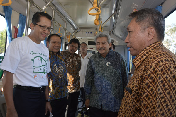 Dirut PT Bakrie & Brothers Tbk Bobby Gafur Umar (kiri), Presiden Institut Otomotif Indonesia I Made Dana Tangkas (kedua kiri), Direktur Industri Maritim, Alat Transportasi dan Alat Pertahanan Kemenperin Putu Juli (ketiga kiri), Wakil Dirut PT Bakrie & Brothers Tbk Ardiansyah Bakrie (ketiga kanan), Ketua Umum Persatuan Insinyur Indonesia Hermanto Dardak (kedua kanan) dan Dirjen Industri ILMATE Kemenperin Harjanto (kanan) berbincang saat test drive bus listrik di Ungasan, Badung, Senin (15/10). - ANTARA