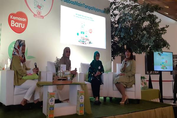 GM Brand Portfolio Strategy & Innovation CCHC-PT Barclay Products Dahlia Yolanda, Artis Shireen Sungkar, Kepala Unit Kajian Pengendalian Hama Pemukiman (UKPHP) IPB Upik Kesumawati Hadi di acara peluncuran MY BABY Minyak Telon Plus di Jakarta (19/2/2019).JIBI/Bisnis - Tika Anggreni Purba