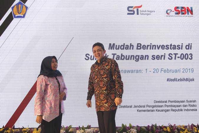 Dirjen Pengelolaan Pembiayaan dan Risiko Kementerian Keuangan Lucky Alfirman (Kanan) berbincang dengan Direktur Pembiayaan Syariah DJPPR Dwi Irianti Hadiningdyah (kiri) saat meluncurkan Sukuk Tabungan ST-003 di Jakarta, Jumat (1/2/2019). - ANTARA/Dhemas Reviyanto