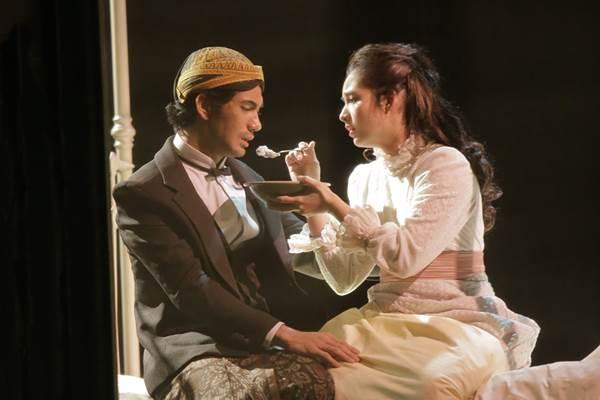 Reza Rahardian dan Chelsea Islan dalam pementasa drama berjudul Bunga Penutup Abad - titimangsa.or.id