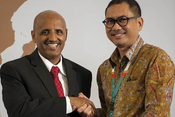 Dirut PT. Garuda Maintenance Facility (GMF) Aero Asia Tbk Iwan Joeniarto (kanan) berjabat tangan dengan CEO Ethiopian Airlines, Tewolde Gebremariam, seusai penandatanganan kerja sama di sela-sela Forum Indonesia Afrika (IAF) 2018 di Nusa Dua, Bali, Rabu (11/4/2018). - ANTARA - Nyoman Budhiana