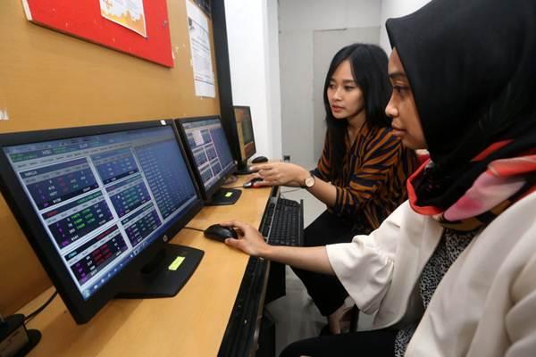 Investor memantau pergerakan saham di layar komputer di Kantor Bursa Efek Indonesia (BEI) Pusat Informasi Go Public, Bandung, Jawa Barat, Selasa (15/1/2019). - Bisnis/Rachman