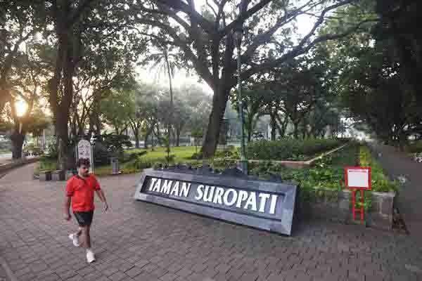 Warga melakukan olahraga pagi di Taman Suropati, Jakarta, Rabu (13/1). - Antara/Akbar Nugroho Gumay
