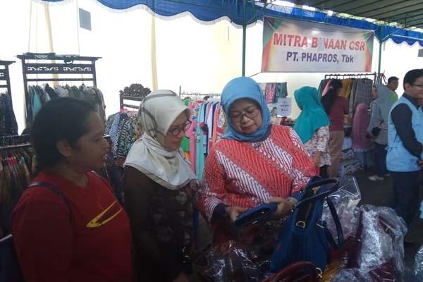 Direktur Utama Phapros Barokah Sri Utami (ketiga kiri) berinteraksi dengan peserta stand Bazaar Ramadhan 2018 di Semarang, Jawa Tengah, Sabtu (2/6/2018). - Istimewa