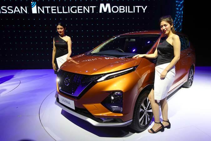 Model berpose di dekat mobil All New Nissan Livina saat peluncurannya di Jakarta, Selasa (19/2/2019). - Bisnis/Abdullah Azzam