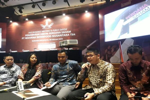 Direktur Utama Wahana Interfood Nusantara Reinald Siswanto (kedua dari kanan) saat konferensi pers usai due diligence dan public expose di Jakarta pada Selasa (20/2/2019)./Bisnis - Azizah Nur Alfi