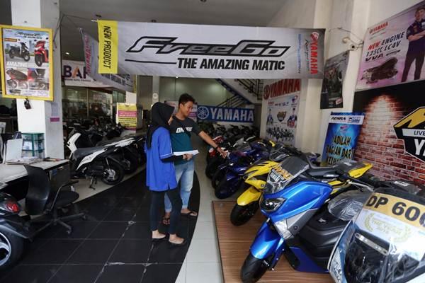 Calon pembeli mencari informasi tentang sepeda motor Yamaha di salah satu diler di Jakarta, Senin (7/1/2019). - Bisnis/Nurul Hidayat