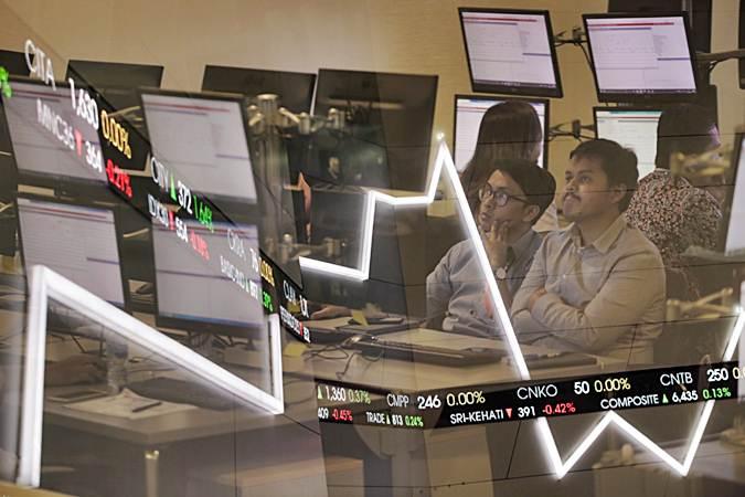 Pengunjung mengamati pergerakan Indeks Harga Saham Gabungan (IHSG) di Jakarta - Bisnis/Felix Jody Kinarwan