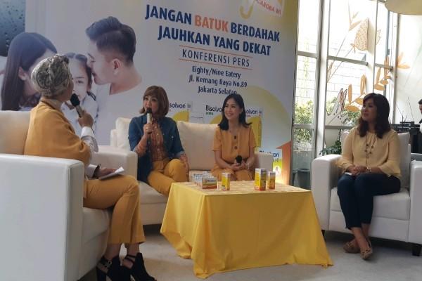 Artis Nirina Zubir, Sanofi Medical Expert Riana Nirmala Wijaya, Brand Manager Consumer Healthcare Sanofi Indonesia pada Konferensi Pers Jangan Batu Berdahak Jauhkan yang Dekat Bisolvon (19/2/2019) - Tika Anggreni