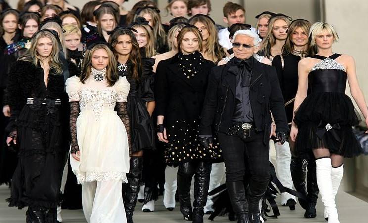 Desainer Jerman Kar Lagerfeld memimpin para model di catwalk pada akhir pertunjukan busana koleksi ready to wear fall/winter 2006/2007 Chanel di Paris 3 Maret 2006 - Reuters