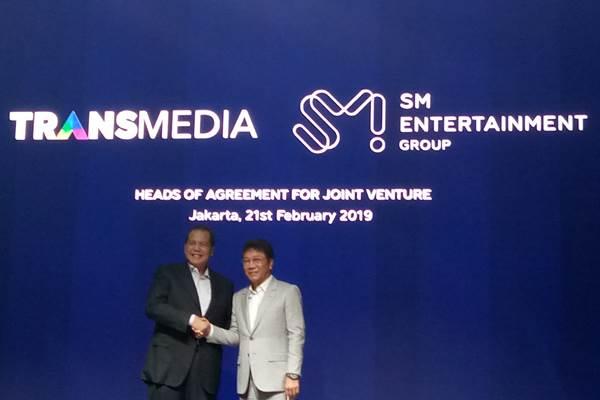 Chairman CT Corp Chairul Tanjung danChairman SM Entertainment Group Lee Soo Man saat penandatanganan head of agreements antara Trans Media dan SM Entertainment Group - Bisnis/Reni Lestari