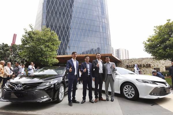 Presiden Direktur PT Toyota Astra Motor (TAM) Yoshihiro Nakata (kedua kanan), Vice President Director Henry Tanoto (kedua kiri), Direktur Anton Jimmi Suwandy (kiri) dan Direktur Kazunori Minamide hadir pada peluncuran Toyota All New Camry 2019, di Jakarta, Selasa (8/1/2019). - Bisnis/Nurul Hidayat