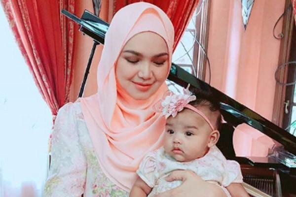 Siti Nurhaliza bersama putrinya, Siti Aafiyah. - Instagram