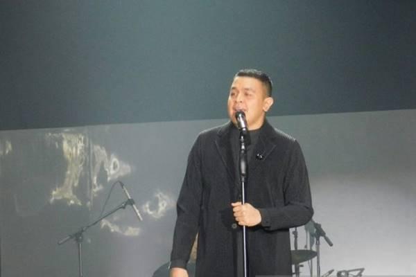"Penyanyi Tulus dalam konser ""Monokrom"" di Istora Senayan, Jakarta, Rabu (6/2/2019). - Antara"