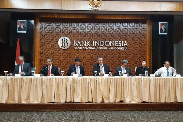 Gubernur Bank Indonesia (BI) Perry Warjiyo (tengah) dalam konferensi pers usai Rapat Dewan Gubernur (RDG) BI pada 20-21 Februari 2019 di Gedung BI, Jakarta, Kamis (21/2). - Bisnis - Hadijah Alaydrus