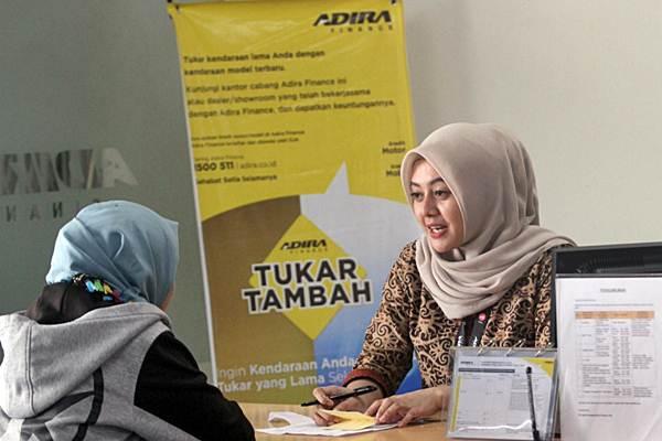 Kegiatan pelayanan di salah satu kantor cabang Adira Finance. - Bisnis/Paulus Tandi Bone