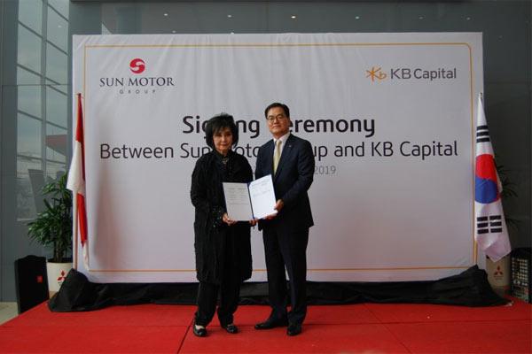 Presiden Komisaris PT Sun Motor Group, Imelda Sundoro, dan Chief Executive Officer KB Capital, Hwang Soo Nam.  - Antara