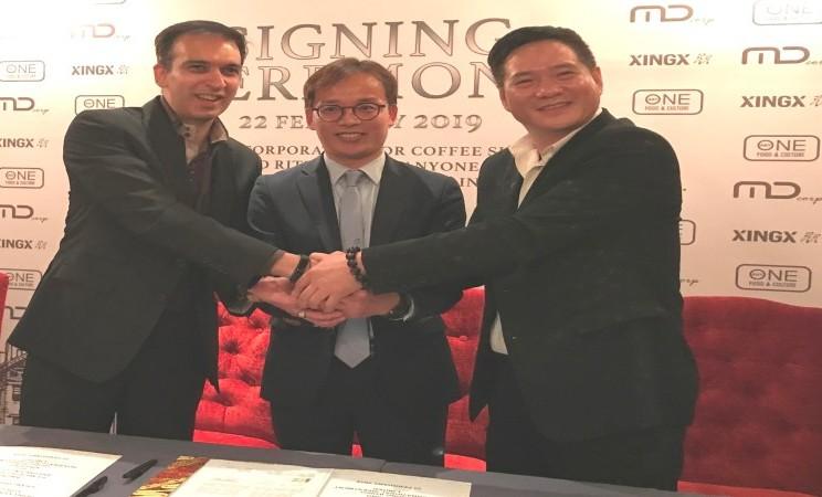 (Dari kiri-kanan) Manoj Punjabi, Direktur Utama MD Ritel Utama; Bong Jong Bok, Direktur Utama Anyone F & C Co. Ltd.; dan Ye Xiabin, Direktur Utama XINGXING (Hong Kong) Internasional Investment Limited berjabat tangan bersama usai menandatangani perjanjian perusahaan patungan (joint venture company) di Jakarta (22/2). - Bisnis/Istimewa