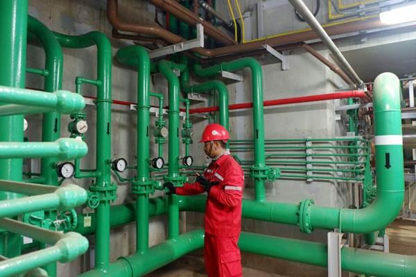 Pekerja melakukan pengecekan pada proyek PLTGU . - ilustrasi/JIBI/Nurul Hidayat