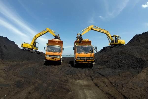 Alat berat dioperasikan untuk membongkar muatan batu bara dari kapal tongkang - ilustrasi/JIBI/Paulus Tandi Bone