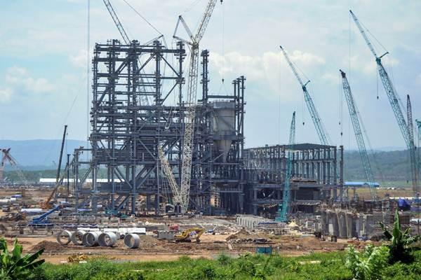 Pekerja beraktivitas di proyek pembangunan PLTU - ILUSTRASI/ANTARA/Harviyan Perdana Putra