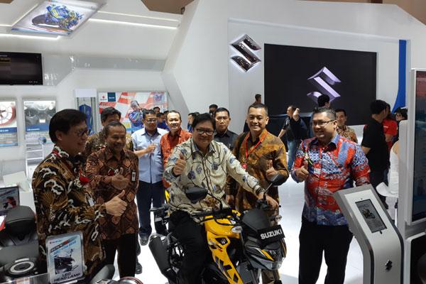 Menperin Airlangga Hartarto menjajal sepeda motor Suzuki di arena IMOS 2018. - BISNIS.COM/YSU