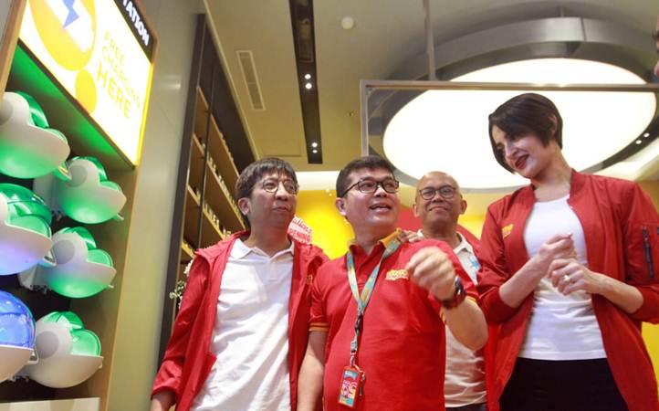 Chief Sales & Distribution Officer Indosat Ooredoo Hendri Mulya Syam (dari kiri) bersama Group Head Channel Management Swandy Tjia, Head of Region Jabodetabek Edi Riyanto, dan Group Head Retail & Device Management Radhia Bendhifi, menjawab pertanyaan wartawan di sela-sela peresmian gerai digital, di Jakarta, kamis (21/2/2019). - Bisnis/Endang Muchtar