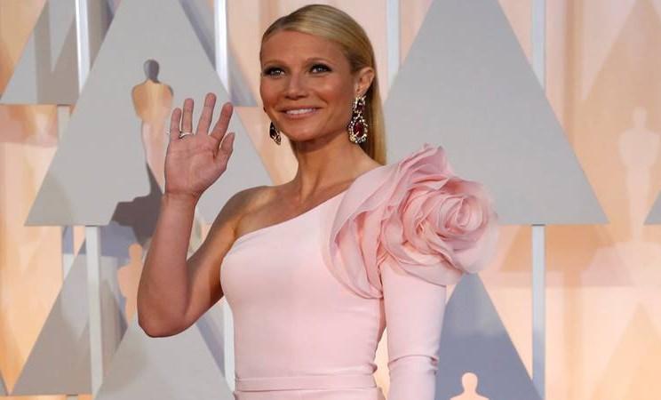 Gwyneth Paltrow, mengenakan busana rancangan Ralph & Russo, berwarna pink tanpa lengan dengan bunga besar di bahu. - Reuters