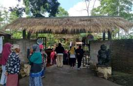 Cerita Khas Uniknya Pasar Mbatok, Bertransaksi dengan Kayu