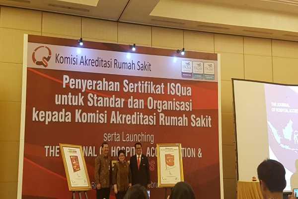 Menteri Kesehatan Nila Moeloek dan Ketua Komisi Akreditasi Rumah Sakit (KARS) Sutoto dalam acara Penyerahan Sertifikat ISQua untuk Standar dan Organisasi kepada KARS di Jakarta, Senin (25/2/2019) - Bisnis/Denis Riantiza M