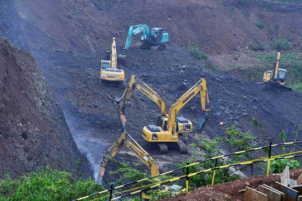 Pekerja menggunakan alat berat menyelesaikan pembangunan Bendungan Sukamahi di Kabupaten Bogor, Jawa Barat, Rabu (26/12/2018). - ANTARA FOTO/Wahyu Putro A