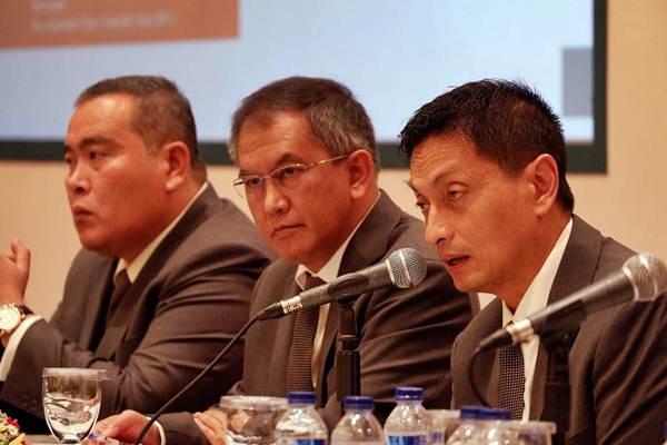 Direktur Utama PT Aneka Tambang Tbk (ANTM) Arie P. Ariotedjo (dari kanan), Direktur Hari Widjajanto dan Direktur Johan NB Nababan memberikan penjelasan usai RUPST, di Jakarta, Kamis (12/4/2018). - JIBI/Nurul Hidayat