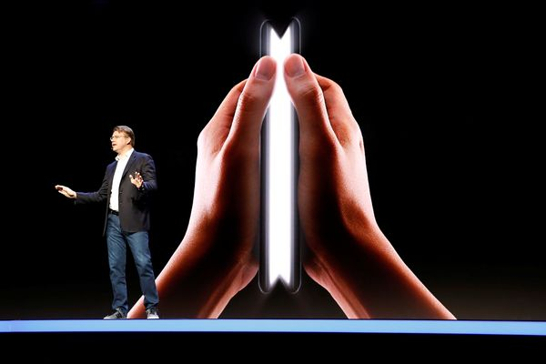 Senior Vice President Mobile Product Marketing Samsung Justin Denison menjelaskan ponsel lipat Samsung dalam Samsung Developers Conference di San Fransisco, California,AS, Rabu (7/11). - Reuters/Stephen Lam