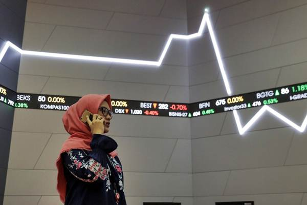 Pengunjung beraktivitas di dekat papan pergerakan Indeks Harga Saham Gabungan (IHSG), di Jakarta, Jumat (26/1/2018). - Bisnis/Felix Jody Kinarwan