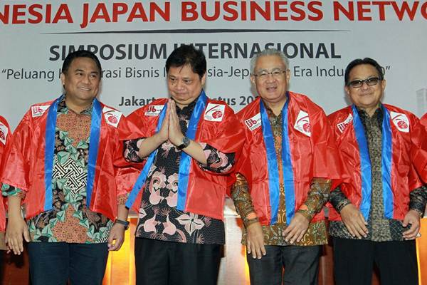 Menteri Perindustrian Airlangga Hartarto (kedua kiri), Duta Besar Jepang untuk Indonesia Masafumi Ishii (kedua kanan), Utusan Khusus Presiden untuk Jepang Rachmat Gobel (kiri), dan Presiden Komisaris PT Indomobil Sukses Internasional Tbk. Soebronto Laras, berfoto bersama saat peluncuran Indonesia-Japan Business Network (IJB-Net) di Jakarta, Rabu (8/8/2018). - JIBI/Dwi Prasetya