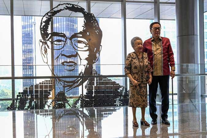 Istri pendiri Astra International Ibu Lily Soeryadjaya (kiri) bersama Presiden Direktur PT Astra International Prijono Sugiarto (kanan) berada di depan patung William Soeryadjaya pendiri Astra Internasional saat peresmian Menara Astra di Jakarta, Rabu (20/2/2019). - ANTARA/Hafidz Mubarak A