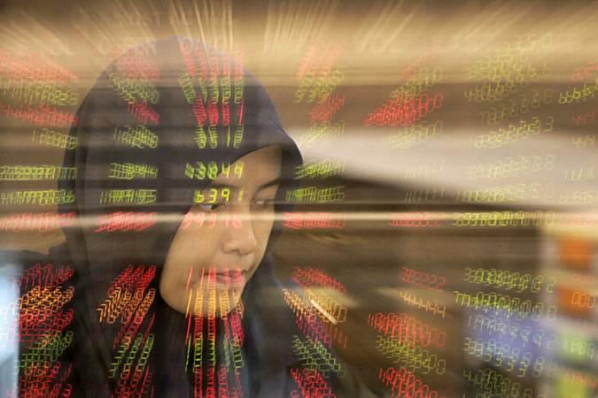 Karyawati bearktivitas di samping papan penunjuk pergerakan Indeks Harga Saham Gabungan (IHSG) di Jakarta, Rabu (27/2/2019). - Bisnis/Felix Jody Kinarwan