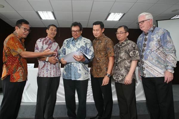 Komisaris Independen PT Terregra Asia Energy Tbk Supandi WS (dari kiri) berbincang dengan Komisaris Utama Ngurah Adnyana, Direktur Utama Djani Sutedja, Wakil Direktur Utama Lasman Citra, Direktur Kho Sawilek dan Direktur Independen Paul Herbert Turney, di Jakarta, Jumat (11/5/2018). - JIBI/Dedi Gunawan