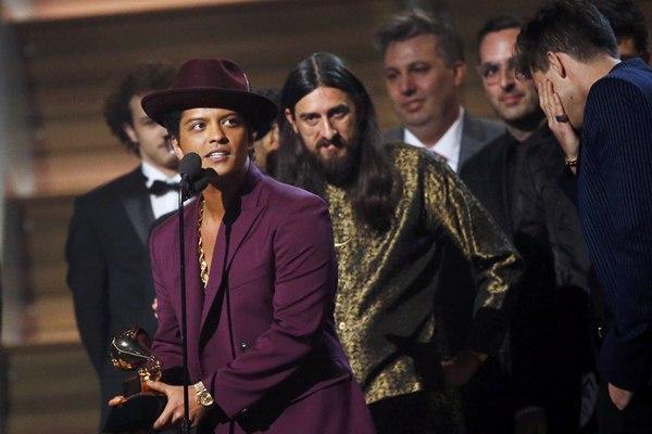 Bruno Mars saat menerima Grammy untuk lagu Uptown Funk - Reuters/Mario Anzuoni