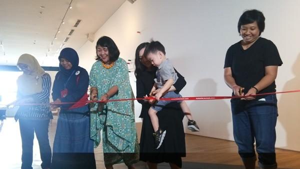 Perupa Shooshie Sulaiman (kiri) dan jajaran pengurus Museum MACAN melakukan peresmian Ruang Seni Anak Komisi UOB.