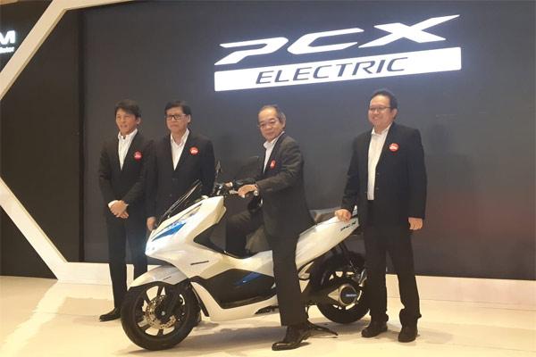 Presiden Director PT Astra Honda Motor (AHM) Toshiyuki Inuma menjajal PCX Electrik.  - BISNIS.COM/ADT