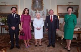 "Berfoto dengan Keluarga Kerajaan Yordania, Tangan ""Ungu"" Ratu Elizabeth Jadi Sorotan"
