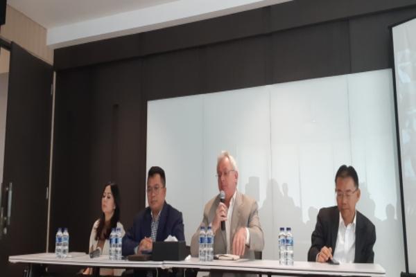 Jumpa pers peluncuran Kontrak Fisik Timah Murni Batangan di gedung ICDX, Jakarta, Senin (4 - 3). Dari kiri ke kanan Presiden Direktur PT. Indonesia Clearing House Nursalam, Chief Executive Officer ICDX Lamon Rutten, dan Presdir ICDX Logistik Berikat Petrus Tjandra.