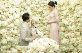 Tangis Syahrini saat Pertunangan dengan Reino Barack